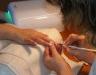 učíme se nanášet gel v kurzu nehtová modeláž